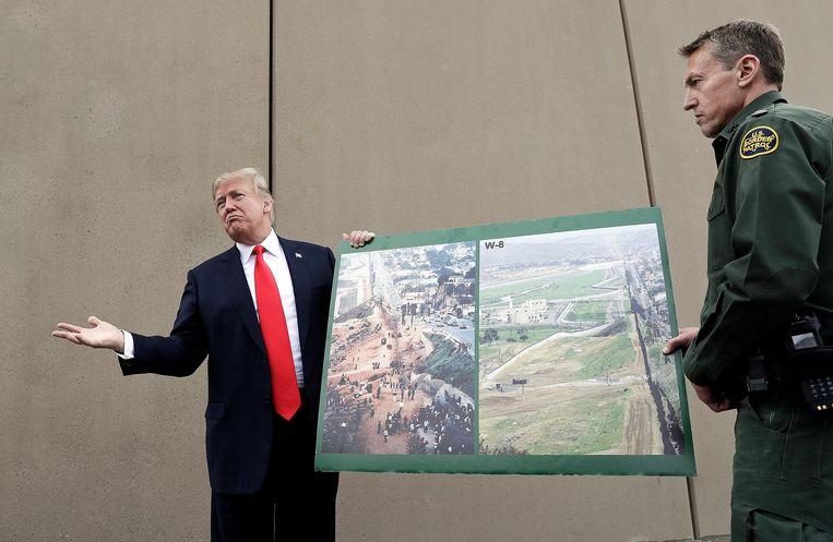 Trump bij een prototype van zijn grensmuur met Mexico.