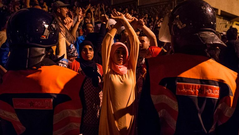 Betogers in Al Hoceima roepen leuzen en zingen als ze tegenover de veiligheidsdiensten staan, tijdens een demonstratie op 10 juni 2017. Het is sinds oktober onrustig in het Rif-gebied. Beeld afp