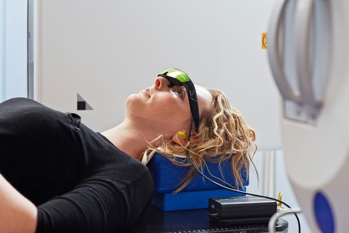 De videobril Relaxmaker in gebruik bij de Radiotherapiegroep.