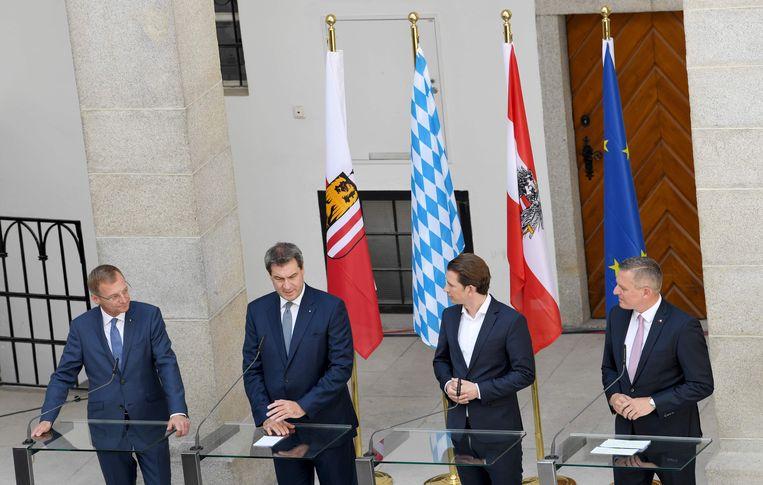 De Oostenrijkse gouverneur Thomas Stelzer, de premier van de Duitse deelstaat Beieren Markus Soeder, kanselier Sebastian Kurz en minister van defensie Mario Kunasek (vlnr). Beeld AFP