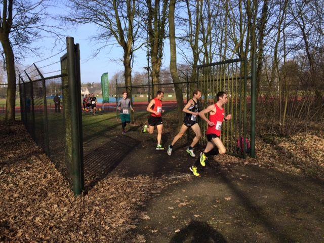 Erwin Harmes verlaat in tweede positie het sportpark bij de start van de Scheldeloop in Terneuzen.