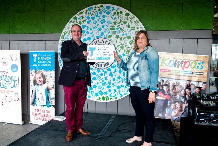 Uitreiking certificaat Kindertalentenfluisteraarschool. In picture: Luk Dewulf en Evelien Boonen (directrice).