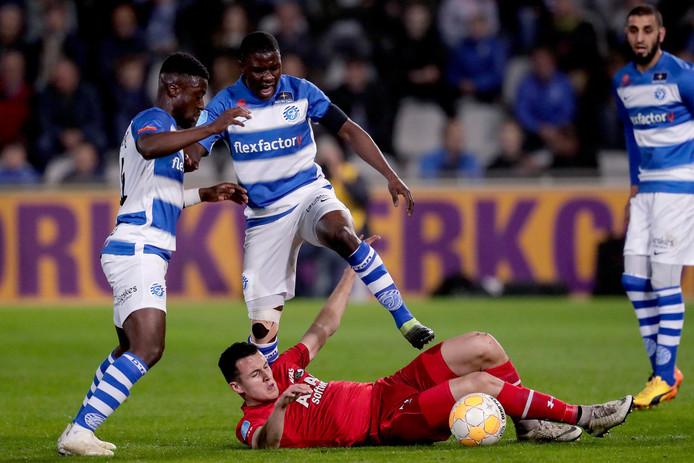 De Graafschap-spelers Leeroy Owusu (links) en Azor Matusiwa proberen AZ-aanvaller Oussame Idrissi de bal af te troggelen.