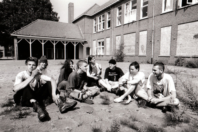 Krakers bij kraakpand in de Van Vroonhovenlaan in Veldhoven (21-7-1994).