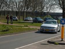 Racefietser geschept door auto op Landdrostlaan in Apeldoorn
