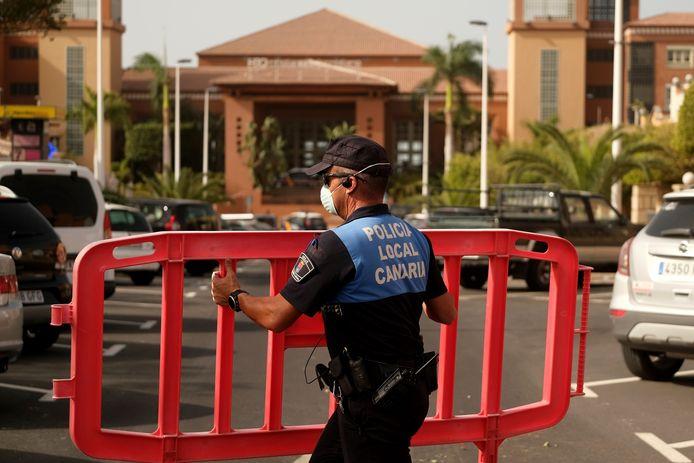 Een Spaanse agent sluit de toegang tot het hotel op Tenerife af.