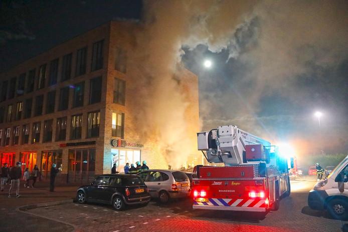 De brandweer schaalde op naar code middelbrand en had die relatief snel onder controle.