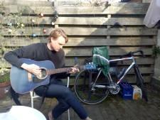 In de Pioenroosstraat in Eindhoven: Thomas speelt gitaar in de achtertuin