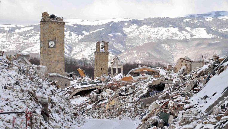 Het dorpje Amatrice in Midden-Italië, getroffen door een zware aardbeving in augustus, ligt onder een laag sneeuw. Beeld epa