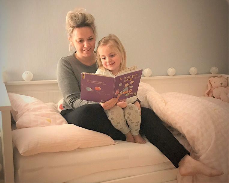 Daphné Lambrechts leest voor aan Romy.