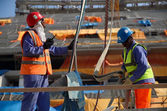 Bouwvakkers in het Lusail Iconic Stadium in Doha, Qatar.