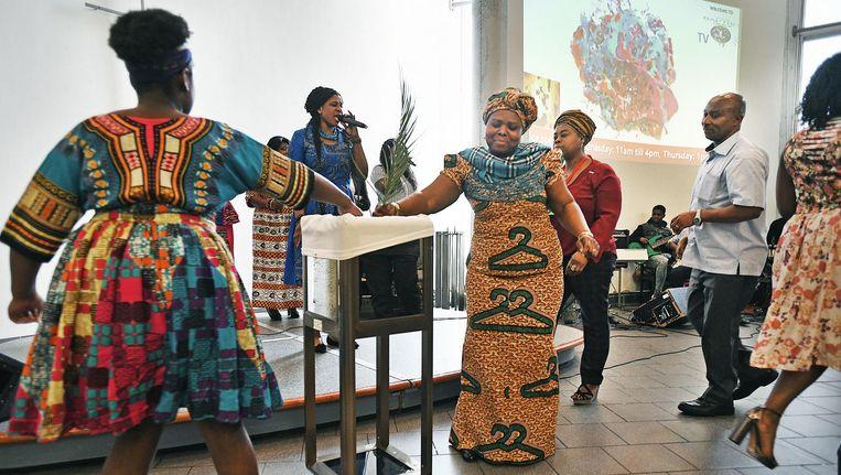 Een Ghanese kerkdienst in De Nieuw Stad in de Bijlmer, een gebouw dat door allerlei geloofsgemeenschappen wordt gebruikt. Beeld Guus Dubbelman/de Volkskrant