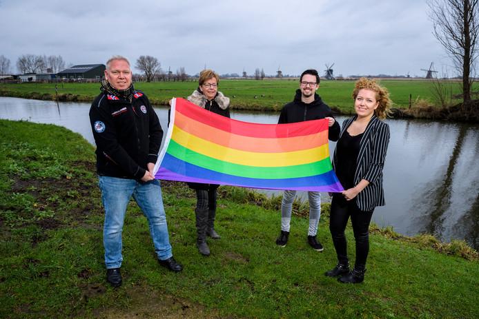 Vader Teun, moeder Anja, Dennis en zus Sanne (vlnr) met de voor hen zo belangrijke regenboogvlag.
