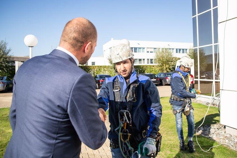 Staatssecretaris voor Asiel en Migratie Theo Francken (N-VA) ontmoet een werknemer van Iris Group.