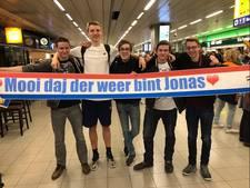 Vriezenveense basketbalvrienden eren oud-teamgenoot op Schiphol