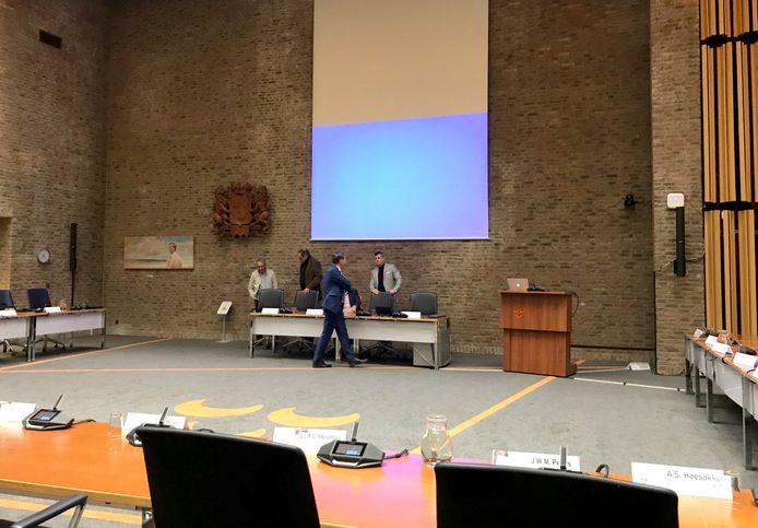 Zaal voor de bijeenkomst van gemeenteraad Oosterhout over opgestapte burgemeester Stefan Huisman.