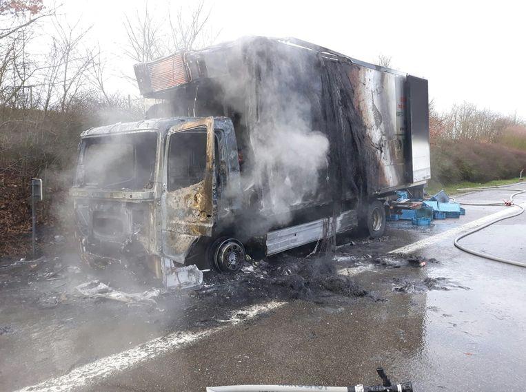 De chauffeur kon zijn vrachtwagen nog op de pechstrook parkeren.
