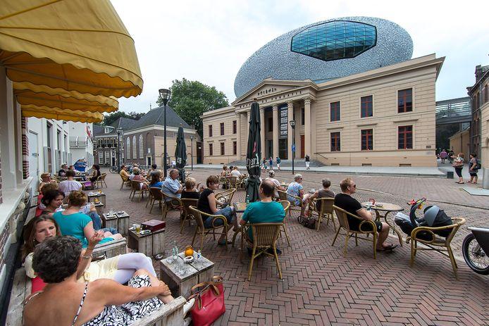 Het terras van (toen nog) Grand-Café Public aan de Blijmarkt tegenover Museum De Fundatie. Inmiddels timmert Ensemble Gastro en Bar daar aan de weg.