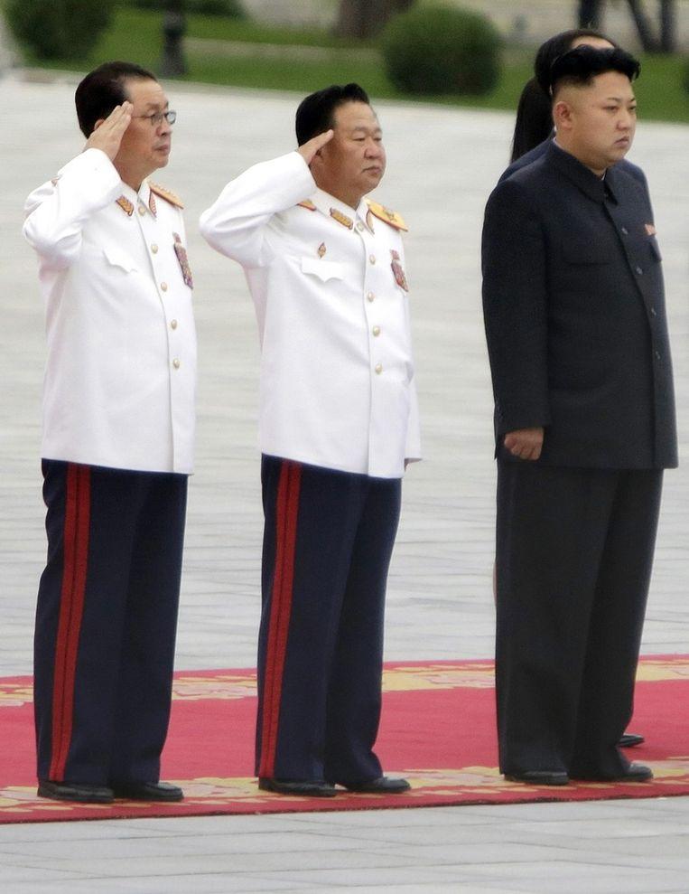 Jang Song-thaek (links) met zijn neef en leider van Noord-Korea Kim Jong-un (rechts) Beeld reuters