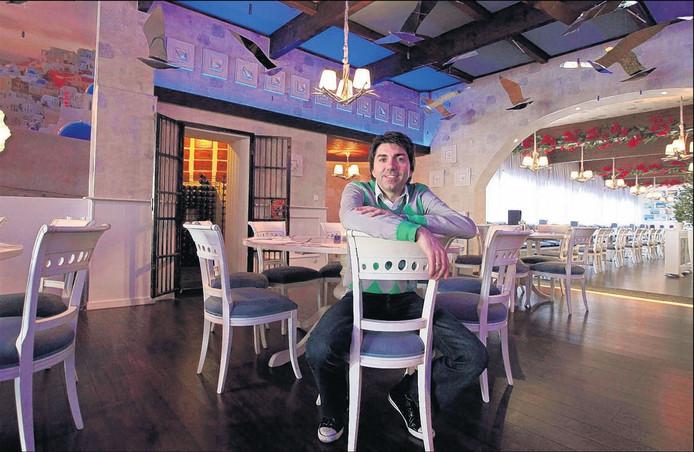 Uitbater Dimitrios Santos in zijn Griekse restaurant Thalassa in Roosendaal. foto Chris van Klinken/het fotoburo