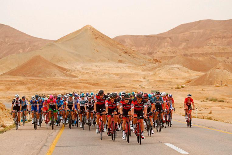 Het peloton in de Negev-woestijn in de derde etappe van de Giro. Beeld null