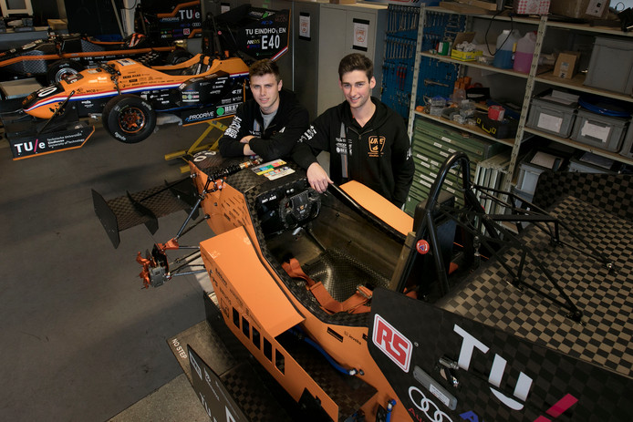 Dennis de Niel (l) en Alex Pap bij de raceauto die ze ombouwen tot de eerste zelfrijdende raceauto in de Benelux.