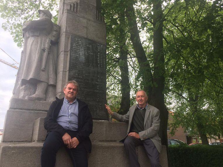 Piet Molij en Jean-Marie Callewaert bij het monument op het Zwijnemarktje.