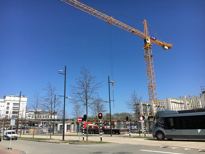 Rechts de bouw van Blok 61 en 63, links de parkeergarage en het Klokgebouw. Daartussendoor de locatie van Blok 59.