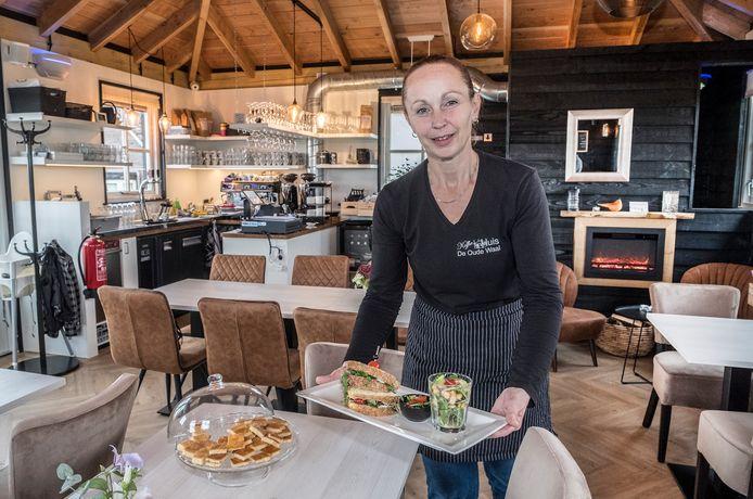 Geneviève Poelen in Koffiehuis De Oude Waal.