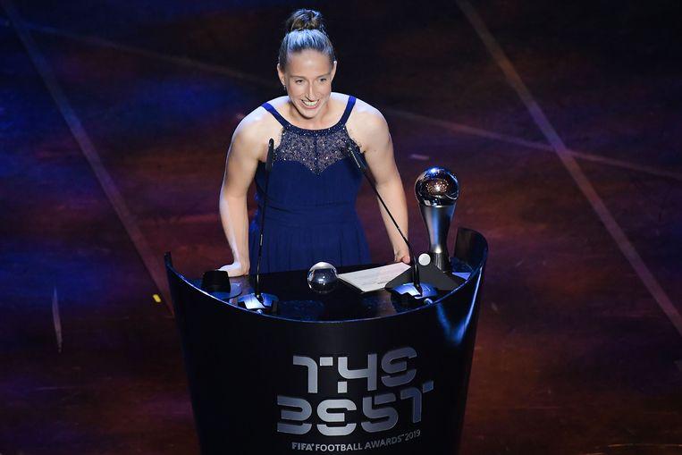 Keepster Sari van Veenendaal bij het in ontvangst nemen van de prijs. Beeld AFP