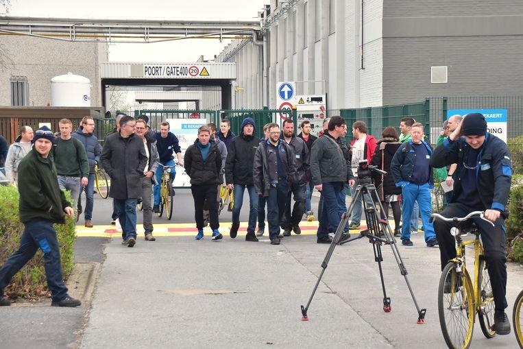 Een beeld van vorige week : werknemers van Bekaert druipen af nadat ze in het Bekaert Technology Center in Deerlijk uitleg hebben gekregen over de geplande herstructurering.