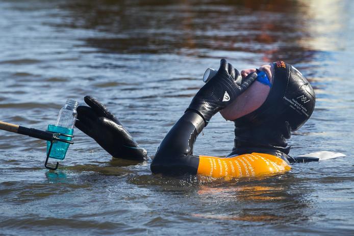 Tijdens zijn zwemtocht moet Maarten van der Weijden veel eten en drinken. Maar dan nog is het onmogelijk om alle calorieën die hij verbrandt, te compenseren.