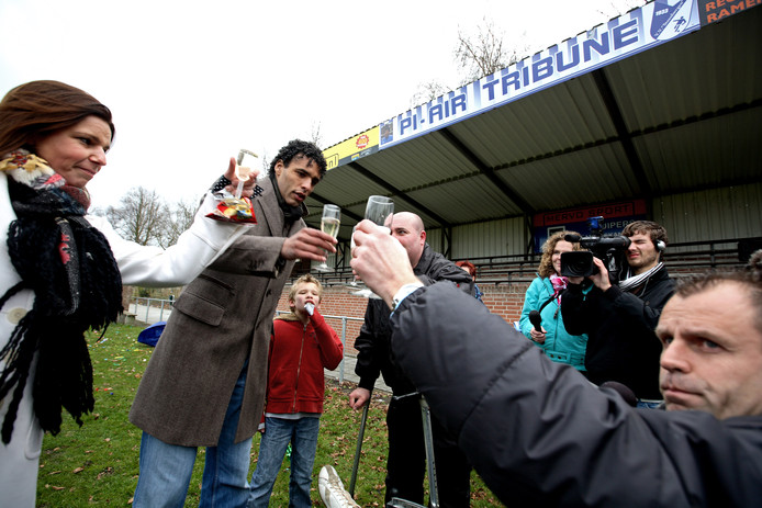 Pierre van Hooijdonk toost in 2008 met onder andere zijn vrouw op de Pi-Air Tribune van VV Steenbergen