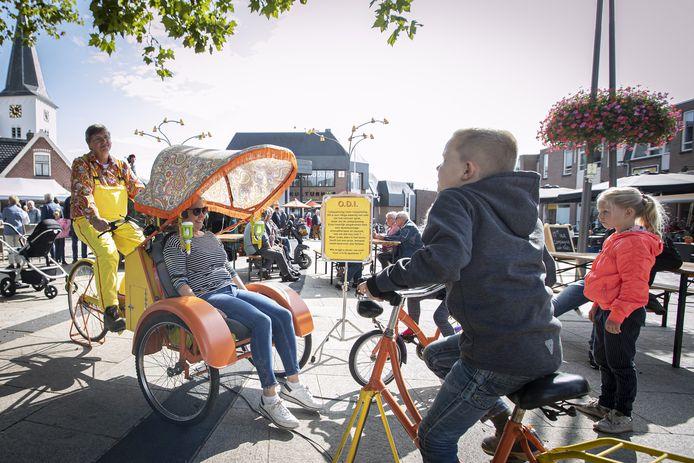 Op de Smidsbelt in het centrum van Holten werd zaterdagmiddag het nieuwe culturele seizoen ingeluid met diverse kleinschalige straattheateracts.