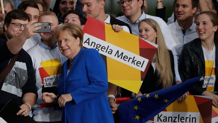 Merkel bij aankomst aan de tv-studio.