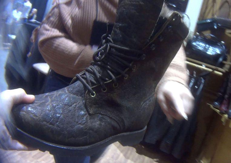 Een jachtschoen gemaakt van olifantenhuid te koop .