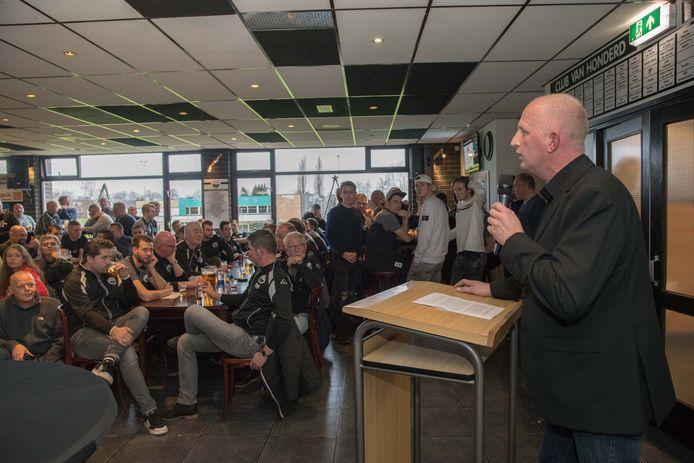 Voorzitter Goossen van der Sluis vorig jaar tijdens de nieuwsjaarsreceptie van Zwart-Wit'63. Zo zal de kantine er voorlopig niet uitzien.