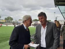 Oud-burgemeester Bernard Kobes uit Enter maakt als voetbalverslaggever furore in Spakenburg