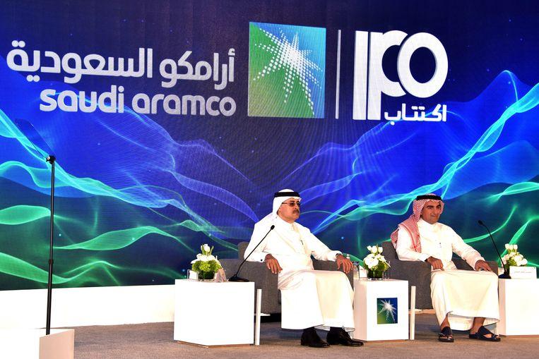 CEO van Saudi Aramco Amin Nasser (L) en Aramco-topman Yasir al-Rumayyan houden een persconferentie.