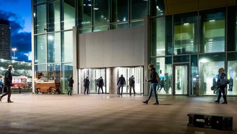 Den Haag, maandagochtend 7.42 uur: in de hoop een dragelijke werkplek te verschalken, haasten ambtenaren zich het ministerie in. Beeld Freek van den Bergh/de Volkskrant