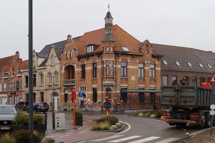 Het voormalige gemeentehuis van Staden wordt verkocht