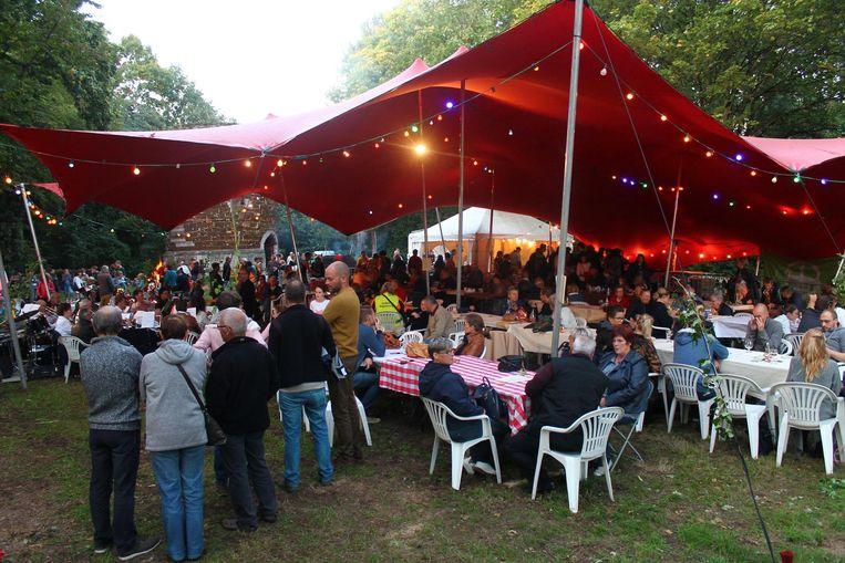 De bezoekers genieten van het molenaarsbuffet, klaargemaakt in een heksenketel.