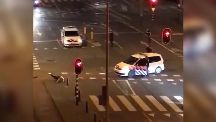 Screenshot van agent die man in been schiet.
