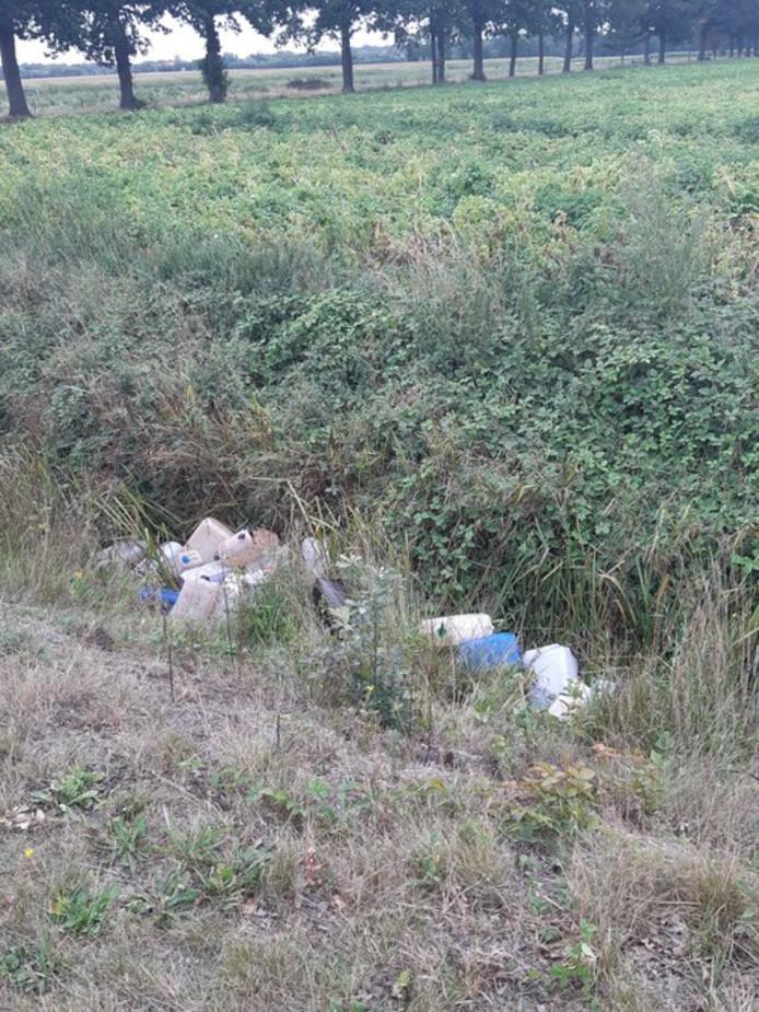 De vaten werden in een sloot gevonden langs de Kuilweg