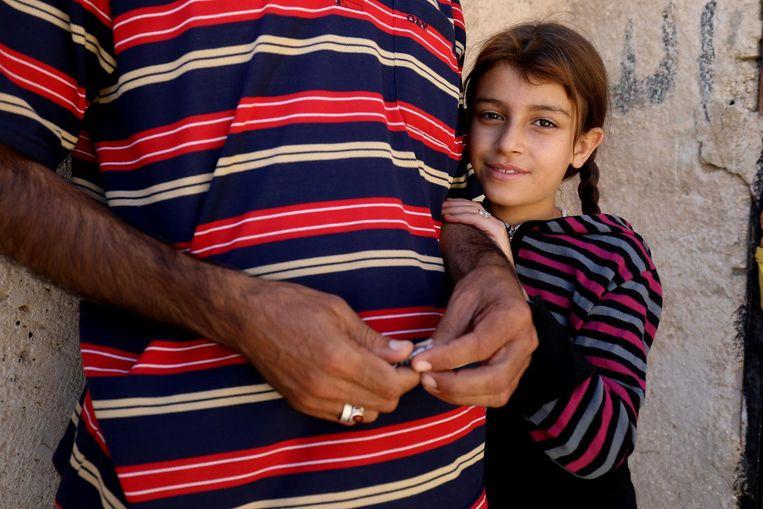 Ala al Hussein met haar vader Mohammed, die niet herkenbaar in beeld wil. Beeld Delil Souleiman