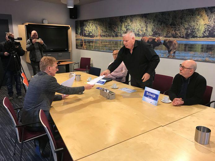 December 2019: Leonard Steetsel van de actiegroep 'Schaijk hoort bij Oss en niet bij Uden' overhandigt honderden handtekeningen aan burgemeester Marnix Bakermans van Landerd.