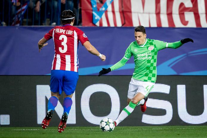 Op 23 november 2016 stond Arias voor de derde keer tegenover Atlético Madrid, de ploeg waar hij nu een vijfjarig contract tekent. Op de foto is hij in duel met zijn toekomstige ploeggenoot Filipe Luis. In de vijfde groepswedstrijd van de Champions League ging PSV met 2-0 onderuit. De groepsfase overleefde PSV niet, slechts twee punten werden er behaald (tegen Rostov). In de competitie eindigde PSV op plek drie, de ploeg won dat seizoen wel de Johan Cruijff Schaal.