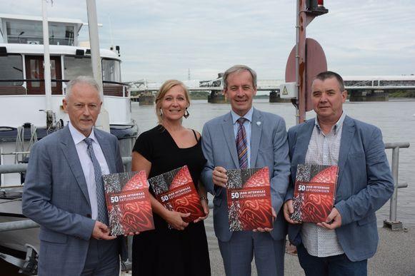 Directeur Bart Cassier en voorzitter Lieven Dehandschutter (midden) met de auteurs Ilse Prinsen en Koen Dewanckel.