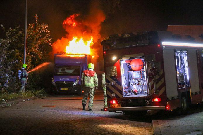 De brandweer tijdens het blussen van de bussen.