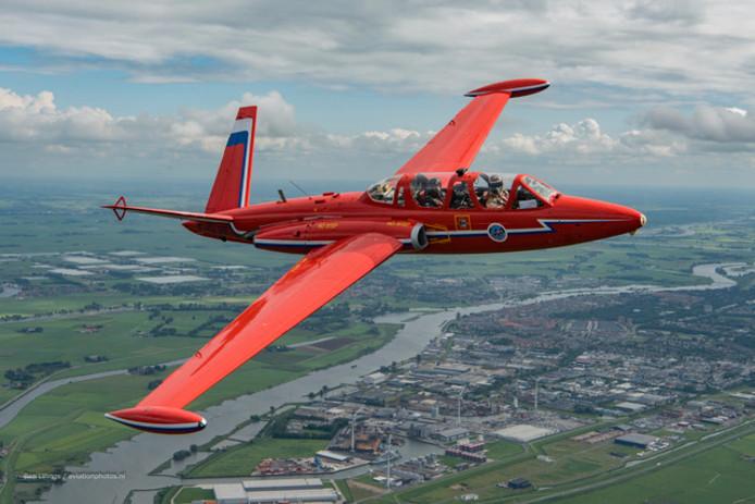 De Fouga vliegt boven Kampen.